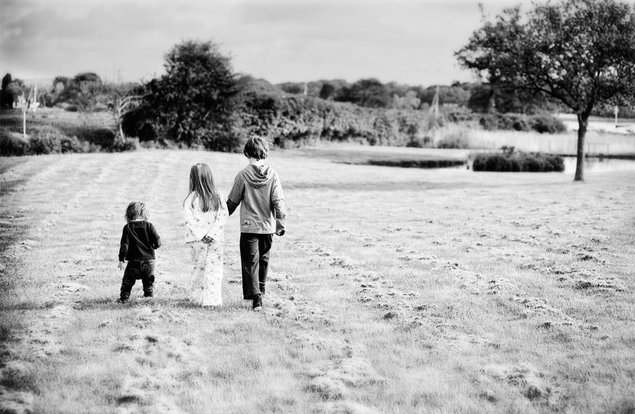 children-walking-in-a-field portrait photography