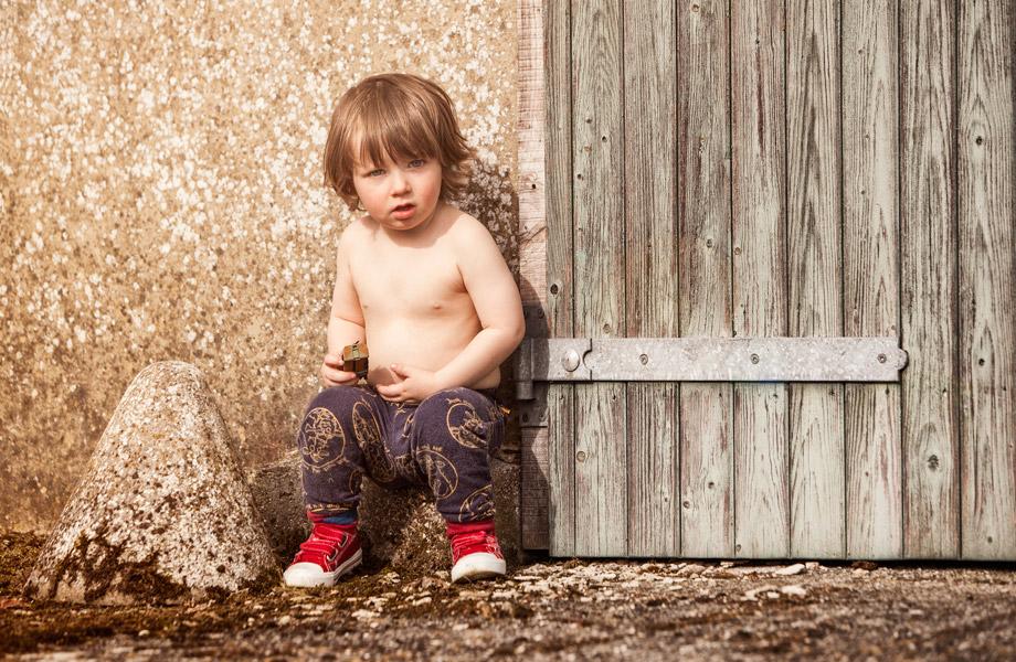 lifestyle-portraiture-little-boy-sat-by-a-barn door