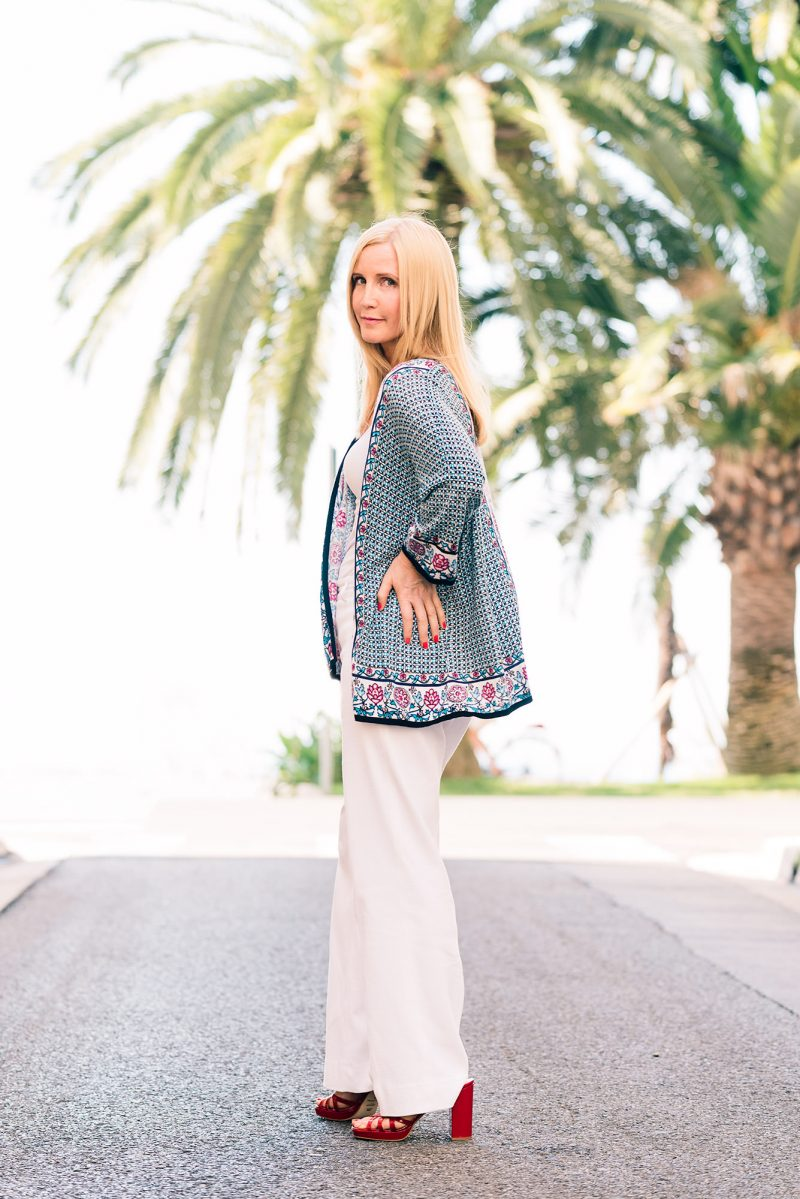 fashion-blogger-in-nice-wearing-white-trousers_mini