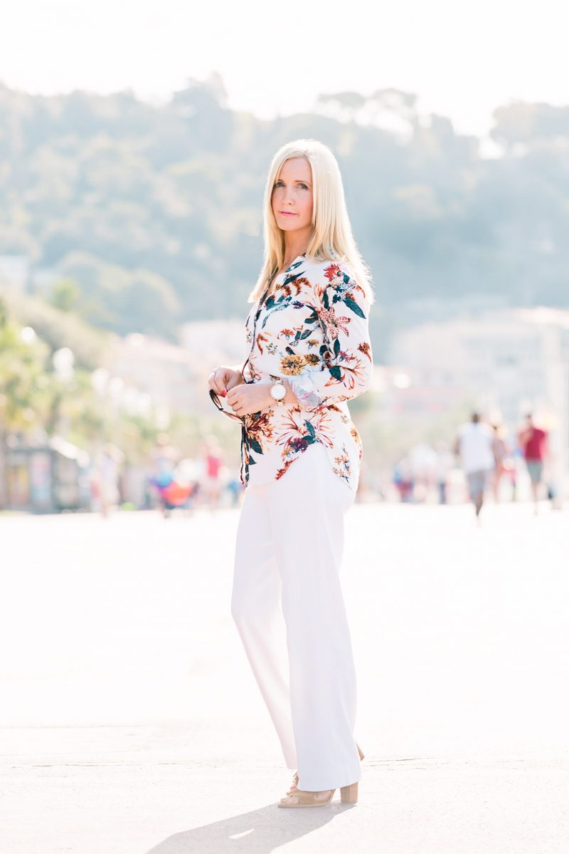 fashion-blogger-wearing-floral-shirt-and-white-trousers-south-of-france_mini