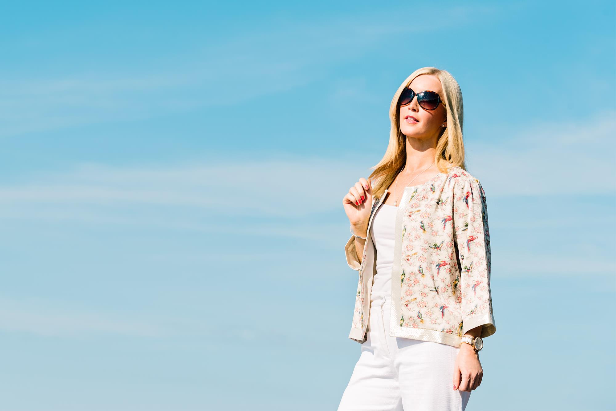 fashion-blogger-wearing-kimono-jacket-and-white-trousers_mini
