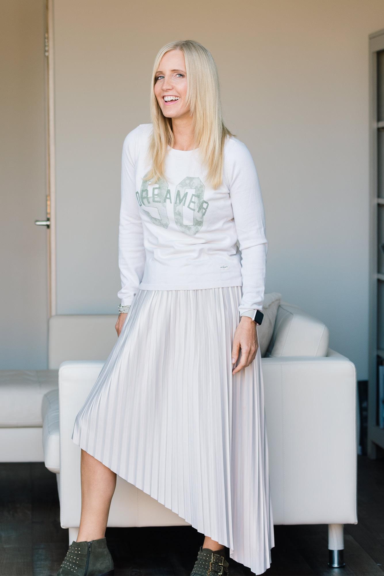 fashion-blogger-wearing-cream-pleated-skirt